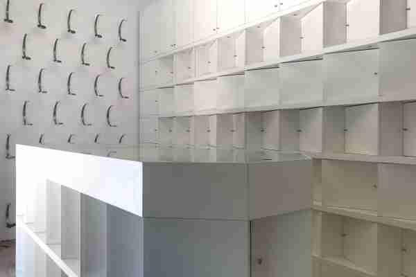 estantes em madeira para loja, feitas à medida