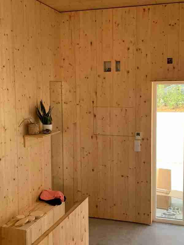 Paredes revestidas a madeira para projeto de casa